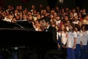 450 vozes de 25 corais Pianista Paulo Castro